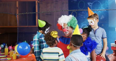 peruca : Clown interacting with the kids during birthday party at home 4k