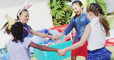 quintal : Happy friends playing in backyard during birthday party 4k