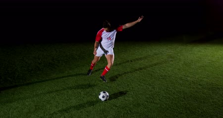 futbol topu : Soccer player kicking the ball in playing field 4k