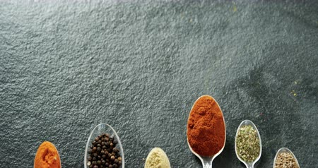 cominho : Overhead of various type spices on spoon 4k Vídeos