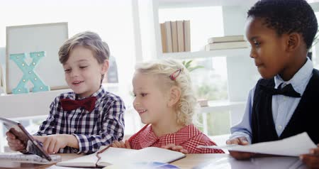 hivatal : Kids as business executives working together in office 4k Stock mozgókép