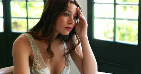 decolletage : Tendu femme assise à table au restaurant 4k Vidéos Libres De Droits