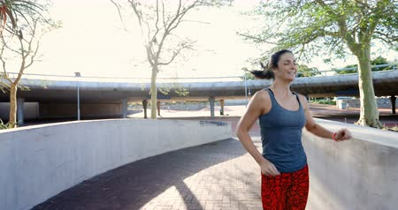 ferimento : Fit woman having cramp while jogging on a sunny day 4k