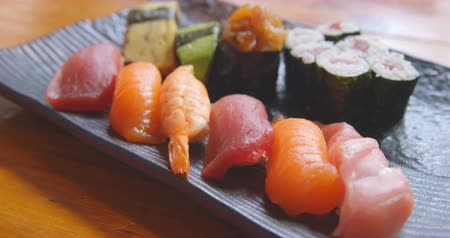 indulgência : Close-up of sushi served in a tray 4k