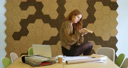 молдинг : Businesswoman selecting the shape of moldings tiles in the office 4k