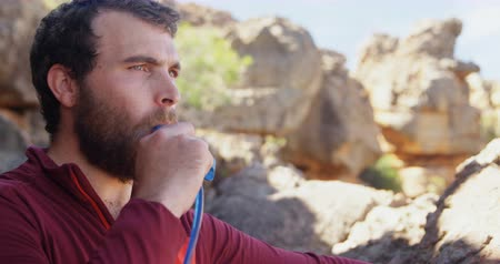 apito : Close-up of mountaineer blowing the whistle after reaching 4k