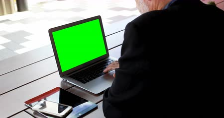 sofisticado : Mature businessman using laptop in hotel 4k