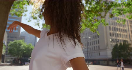 atirar : Female model posing for a photoshoot in the city on a sunny day 4k Stock Footage