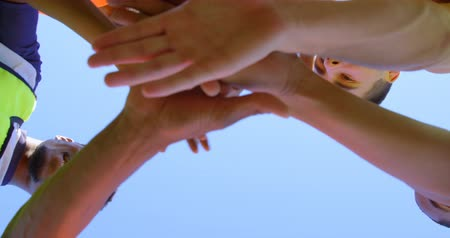 amontoado : Close-up of soccer players forming a huddle 4k Stock Footage