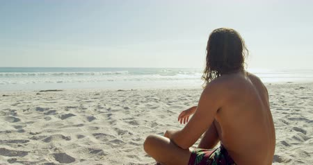 pensando : Thoughtful man relaxing on the beach 4k