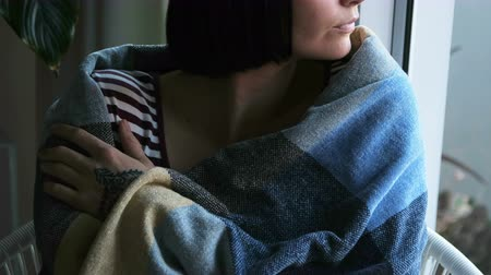 envolto : Beautiful woman wrapped in blanket relaxing at home 4k Vídeos