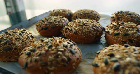 parşömen : Delicious baked buns topped with mixed seeds placed on tray 4k