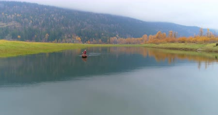 kürek çekme : Man rowing a boat on a lake at countryside 4k