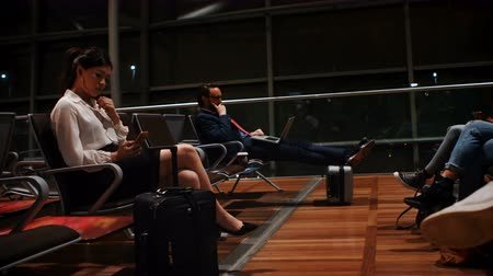 área de trabalho : Commuters using mobile phone and laptop in waiting area at airport terminal 4k