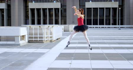 zaměřen : Ballet dancer practicing on pavement in city 4k