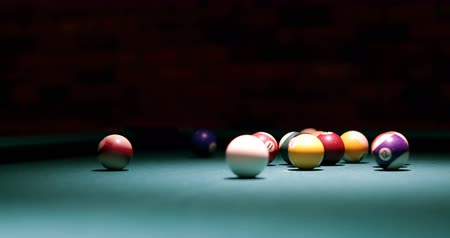 sinuca : Close-up of player shooting snooker ball on snooker table 4k