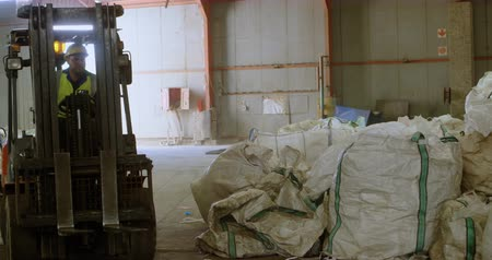 discard : Attentive male worker operating forklift in warehouse 4k