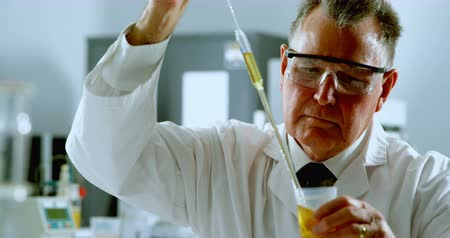 pipette : Attentive male scientist experimenting in laboratory 4k