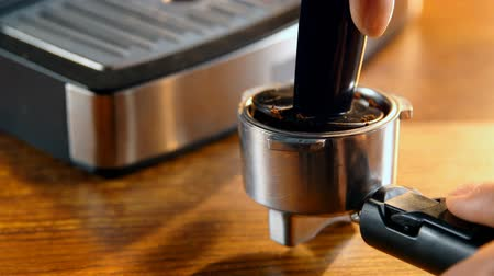 premente : Close-up of tamping coffee in a portafilter 4k