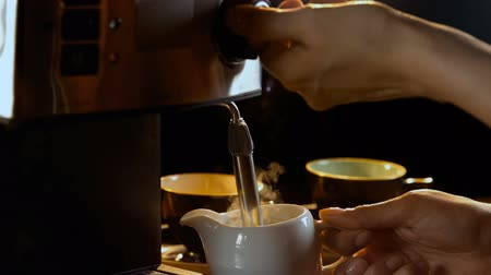 buharlama : Close-up of steaming milk at coffee machine 4k