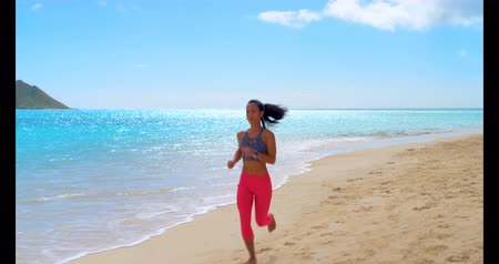 tyrkysový : Woman jogging in the beach on a sunny day 4k Dostupné videozáznamy