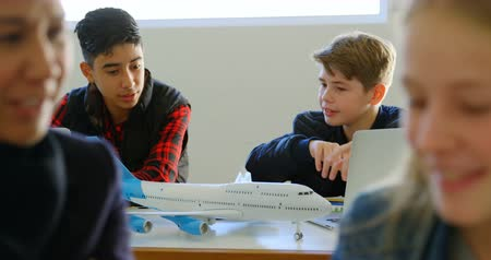 adolescência : Kids discussing together over model aeroplane in training institute 4k Vídeos