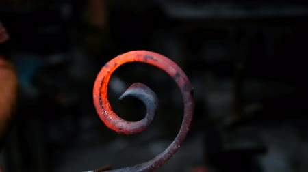 tyč : Blacksmith shaping the molten metal with workshop 4k