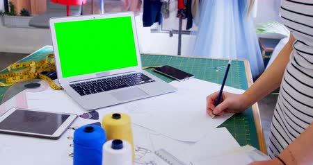výkres : Fashion designer drawing sketch in fashion studio 4k Dostupné videozáznamy