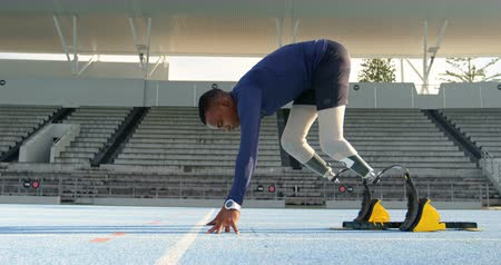 começando : Disabled athletic getting ready for the race on a running track 4k