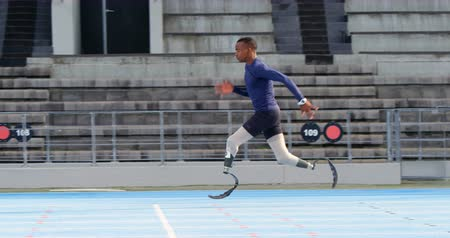 deficientes : Disabled athletic running on a running track at sports venue 4k