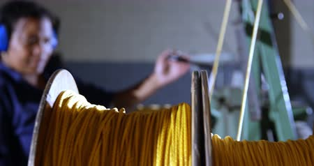 fabricante : Female worker working in rope making industry 4k