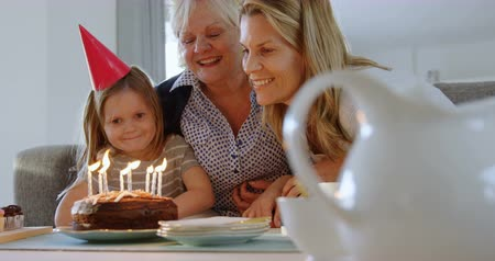 domácké : Multi-generation family celebrating birthday on sofa at home 4k