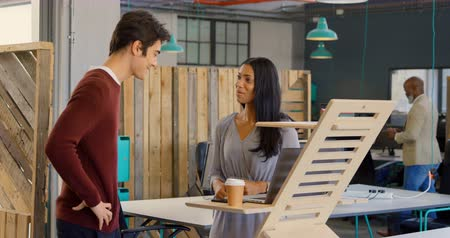 interagindo : Young executives talking to each other in the office 4k