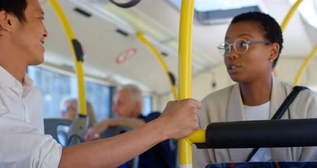 mulheres adultas meados : Young commuters interacting with each other while travelling in bus 4k