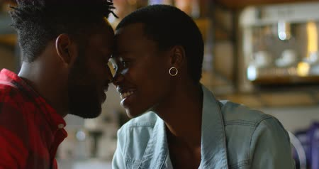 cafetaria : Couple romantique Head to Head au café 4k