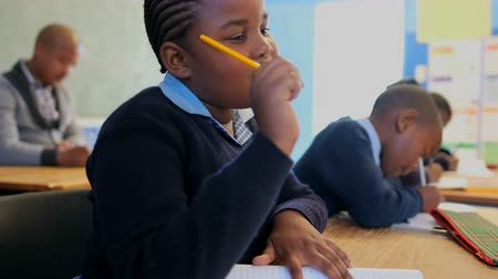 estudioso : Thoughtful schoolkid studying in the classroom at school 4k