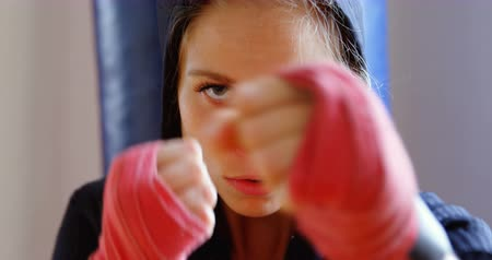 witalność : Young female boxer practicing boxing in fitness studio 4k