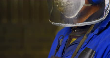 masque à gaz : Male worker working in workshop. Male worker in protective helmet and gas mask 4k Vidéos Libres De Droits