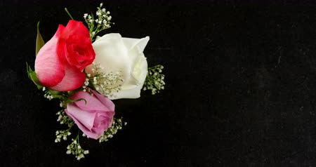 křehkost : Bouquet of red, white and pink roses on black surface. Valentines day concept 4k