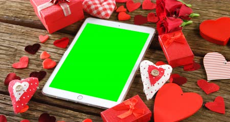 tenso : Digital tablet surrounded with gift boxes and red heart shapes. Valentines day concept 4k