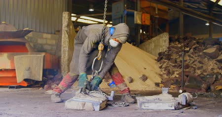 molde : Worker operating crane in foundry workshop. Worker working in Worker operating crane in foundry workshop 4k
