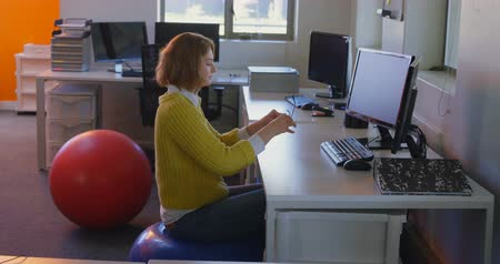 myszka komputerowa : Young caucasian female executive meditating at desk in modern office. Young caucasian female executive removing her spectacle 4k