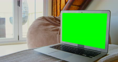 tenso : Close-up of laptop on table at home. Green screen on laptop 4k Vídeos