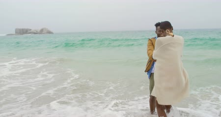 в ожидании : African american couple having fun together on the beach. They are pending time together 4k Стоковые видеозаписи