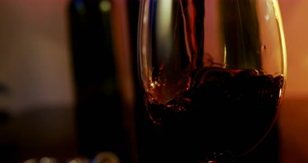 cervejaria : Close-up of red wine poured in wine glass. Bubbles in a glass. 4k