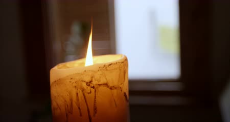 domácké : Close-up of candle burning at home. 4k
