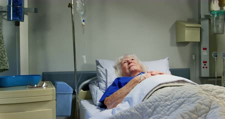 contemplação : Front view of active senior patient relaxing in the ward at hospital. She is looking away 4k Vídeos