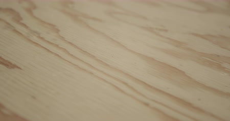 productiviteit : Close up of a piece of freshly cut wood in a woodshop. Light pine coloured wood with a darker grain Stockvideo