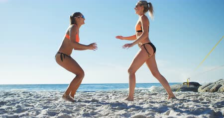 atlet : Female volleyball players embracing each other in the beach 4k Stok Video