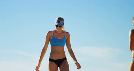 atlet : Female volleyball players celebrating their victory at beach 4k Stok Video
